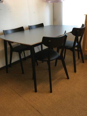 Fint och tåligt matbord med skiva i högtryckslaminat. Till matgruppen finns flera olika stolar.