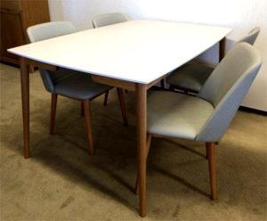 Fin matgrupp med bord och stolar. Matbordet har en tålig skiva i högtryckslaminat.