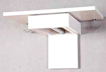 En utdragbar hatthylla som gör det möjligt att förvara mycket även i en liten hall.