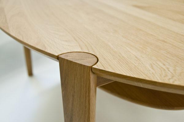 Ett fint bord somm går att få i olika storlekar, höjder, färger och med eller utan hylla. Bordet har fina detaljer.