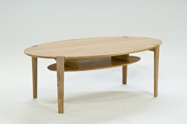 Ett fint soffbord att ha i vardagsrummet. Välj själv höjd, storlek, färg och hylla.