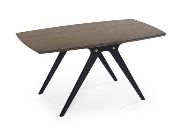 Ett snyggt soffbord som finns i ek, rökt ek/svart, svartbetsad ek och vitlack.