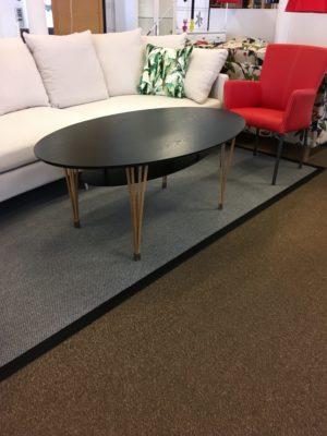 Ett fint soffbord från Signera som finns som runt bord, ovalt bord och fyrkantigt bord. Välj färg efter eget tycke och smak.