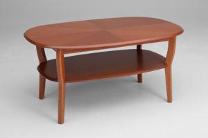 Fint soffbord i körsbär. Namn Wien från Bordbirger. Bordet har rundade kanter och tidningshylla. Finns även i mahogny.