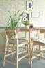 En matgrupp med barbord och barstol. Allt i färgen white wash.