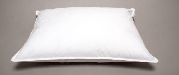 En bekväm kudde från Värnamo Sängkläder. Denna kudde finn som extra lång, vanlig och extra stor. Du kan välja mellan låg, hög och medium.