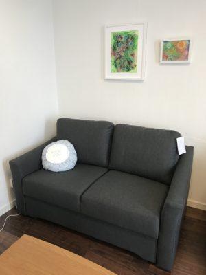 En liten och smidig framåtbäddad bäddsoffa. Denna soffa finns endast som 2 sits. Bäddmåttet är 120 cm. Så bädden är stor.