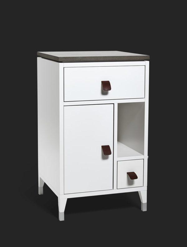 Ett fint sängskåp eller nattduksbord som finns med höga eller låga ben. Det går även att köpa fina byråer och skåp i samma serie.