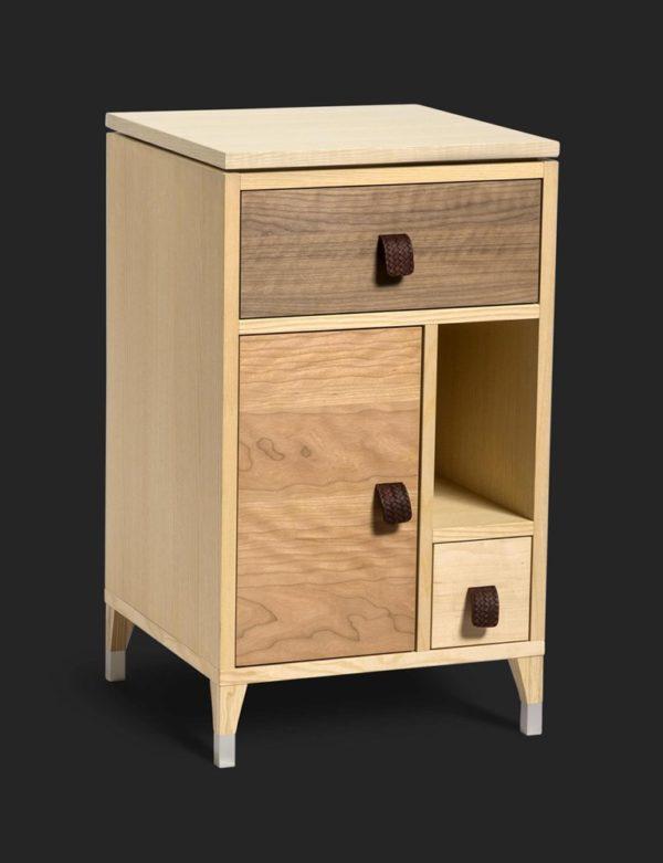 Ett fint sängskåp som finns i vitt eller faner. Bra förvaring i detta skåp som även finns som byrå och större skåp.