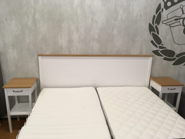 En fin huvudgavel som också finns som sängram. De finns i vit och ek. Finns även sängbord eller nattduksbord ur samma serie.