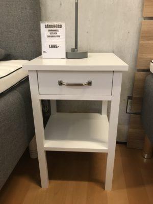 Fint sängbord från Mavis. Detta sängbord heter Emmaboda är vitt och har en hylla och en låda.