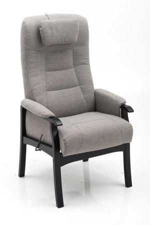 En fin seniorfåtölj som har justerbar rygg och sittlift. Armstöden är stabila och av trä.