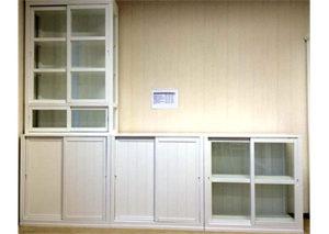 En fin vit hylla med vitrinskåp. Dörrarna är skjutdörrar. Just nu är den på rea.