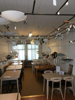 Vi har ett stort utbud av lampor. Välj mellan olika färger och sorter. Vi har plafonder, taklampor och fönsterlampor. Välj det som passar ditt vardagsrum eller kök.
