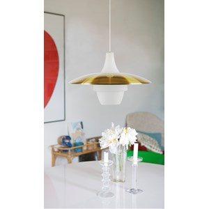 En fin lampa med skärm i metall och kupa i porslin. Taklampan finns i färgerna vit, svart och mässing.