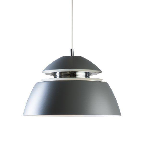 En snygg lampa från Svenska Belid. Finns i färgerna svart och vit. Lampan finns även som fönsterlampa.