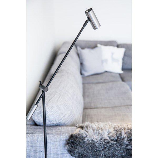En snygg golvlampa som är justerbar. Denna lampa finns i flera färger.