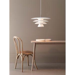 En snygg taklampa i metall med kromdetaljer. Lampan finns i vitt och svart.
