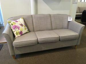 En snygg soffa med ett bra erbjudande. Soffan är just nu på rea. Kombinera med den grå fåtöljen.