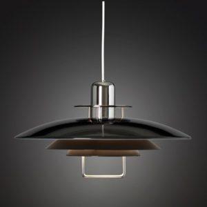 En snygg klassisk lampa som finns som vit och svart. Lampan är gjord i metall och passar kök och vardagsrum.