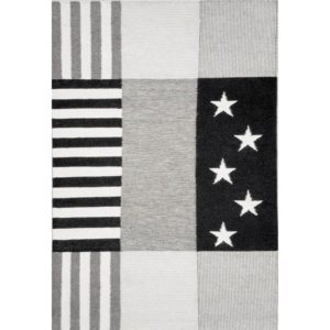 En matta inspirerad av USA:s flagga. Mattan går att få i grått och i blått, vitt och rött. Finns i storlekarna 140x200, 160x230 cm.