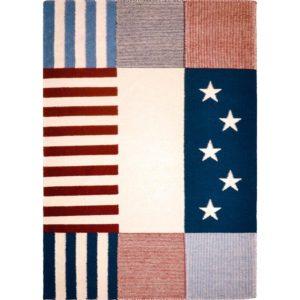 En matta inspirerad av Amerikanska flaggan. Mattan går att få i grått och i blått, vitt och rött. Finns i storlekarna 140x200, 160x230 cm.
