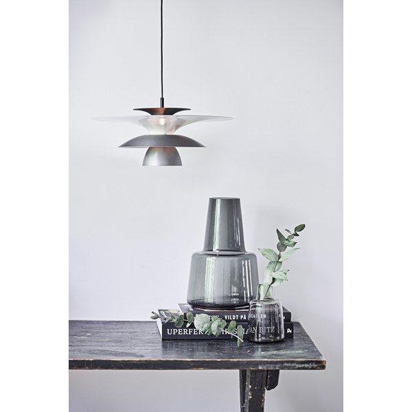 En snygg svensktillverkad lampa från Belid. Lampan finns i flera olika utföranden så som golvlampa, taklampa, vägglampa, bordslampa och takkrona.