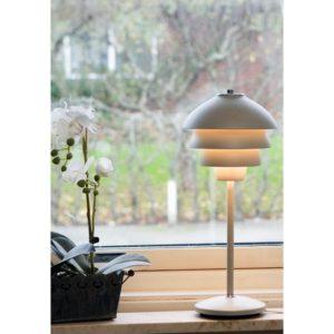 En lampa vid namn Valencia från Belid. Lampan finns som bordslampa, taklampa och fönsterlampa. Välj mellan färgerna vitt och mässing.