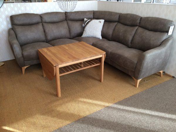 En snygg soffa med hög rygg som går att bygga. Soffan kan fås som 3- sitssoffa, 2- sitssoffa, fåtölj och hörnsoffa.
