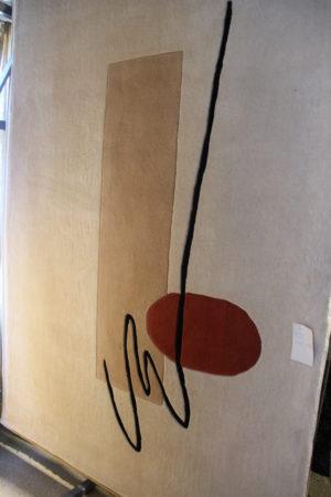 Snygg matta till vardagsrummet med beige, brun, röd och svart färg. Mått 160x230 cm.