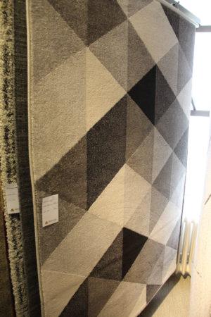 En matta som passar bra i vardagsrum. Finns i storlek 140x200 cm.
