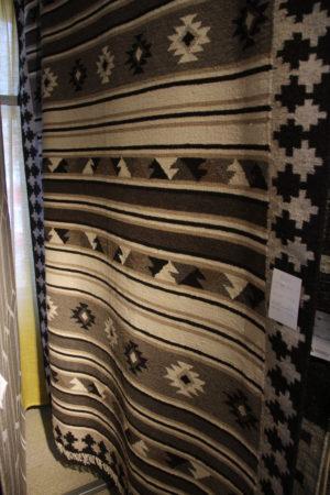 En snygg matta som är brun med mönster. Endast i storleken 160x230 cm.
