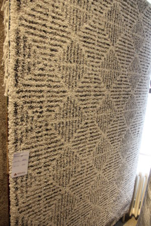 Mysig fängslande matta som finns i storlek 140x200 cm. Mattan har ett fint mönster i beige och svart.