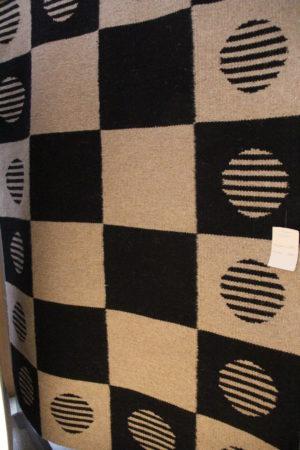 En svart och beige matta som finns i storlek 140x200 cm. Mattan är på rea så bra erbjudande med bra rabatt.