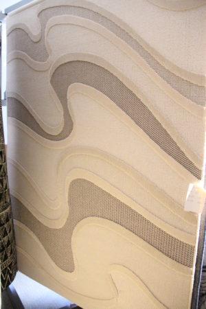 En matta med mönster. Mattan är beige och finns i storlek 140x200 cm.