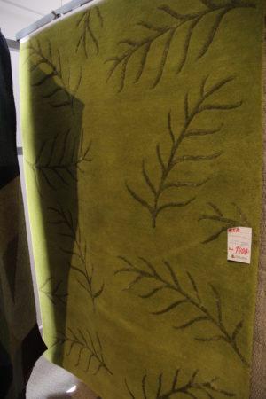 En matta med ett bra erbjudande. Denna gröna matta med löv är nu på rea.