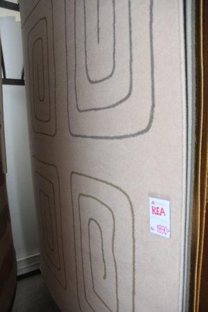 En snygg beige matta med mönster. Just nu på rea.