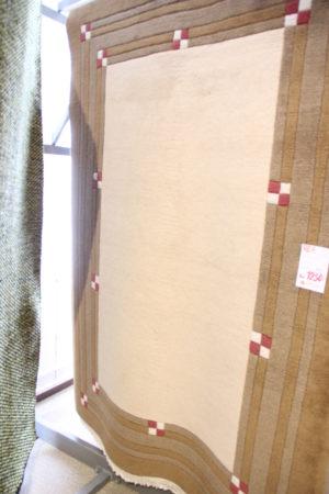 Handknuten matta som är på rea i mått 140x200 cm. Passar vardagsrum.