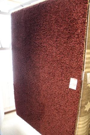 En mysig matta till vardagsrummet. Röd matta som nu är på rea. 140x200 cm.