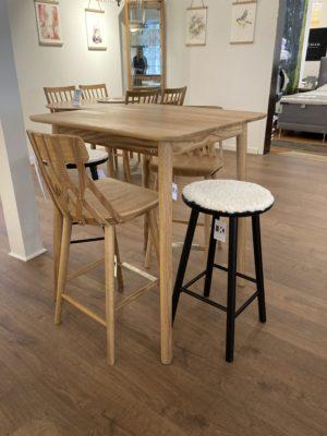 Barbord och barstol ur serien Y5 från Hans K. Finns även som vanligt matbord och stol.