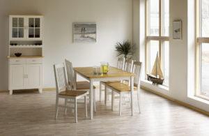 Rea. Just nu har vi rabatt på ett demo ex av matbordet Borden med 4 stolar. Bord och stolar är i vitlack och björk.