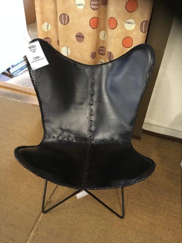 En fladdermusfåtölj i skinn. Finns i färgerna brun och svart.