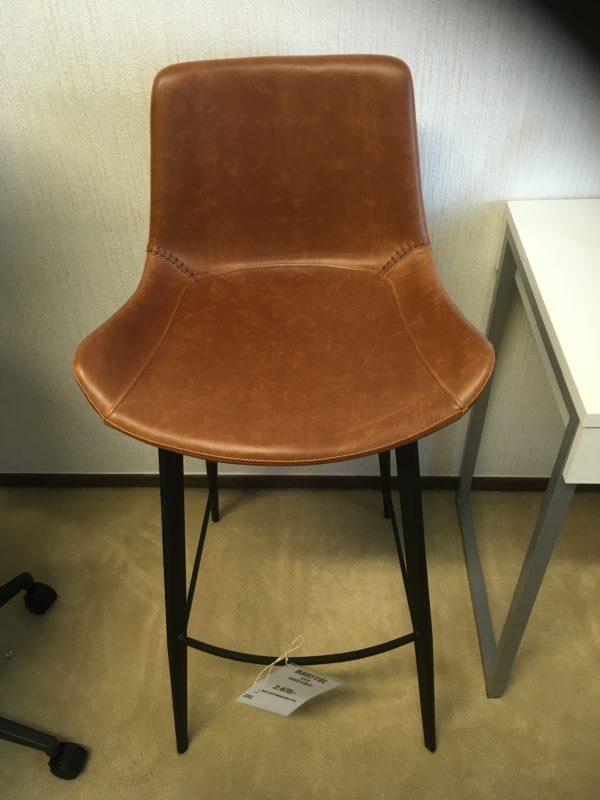 En barstol som finns i så väl tyg som skinn. Kombinera med ett bd så får du en snygg matgrupp.