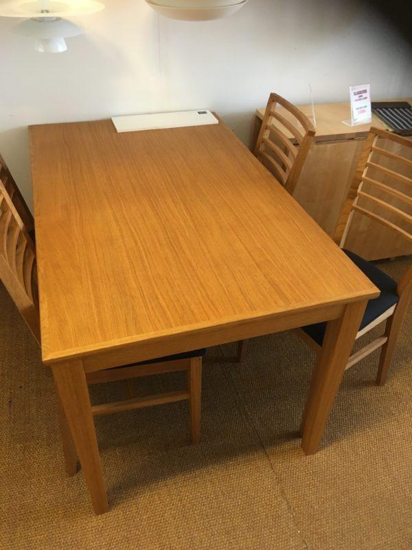 Bra erbjudande på denna matgrupp bestående av stolar och matbord i oljad ek.
