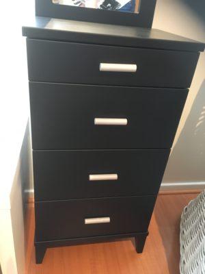 En svart byrå med bra förvaring. Ett bra erbjudande på denna möbel som är på rea.