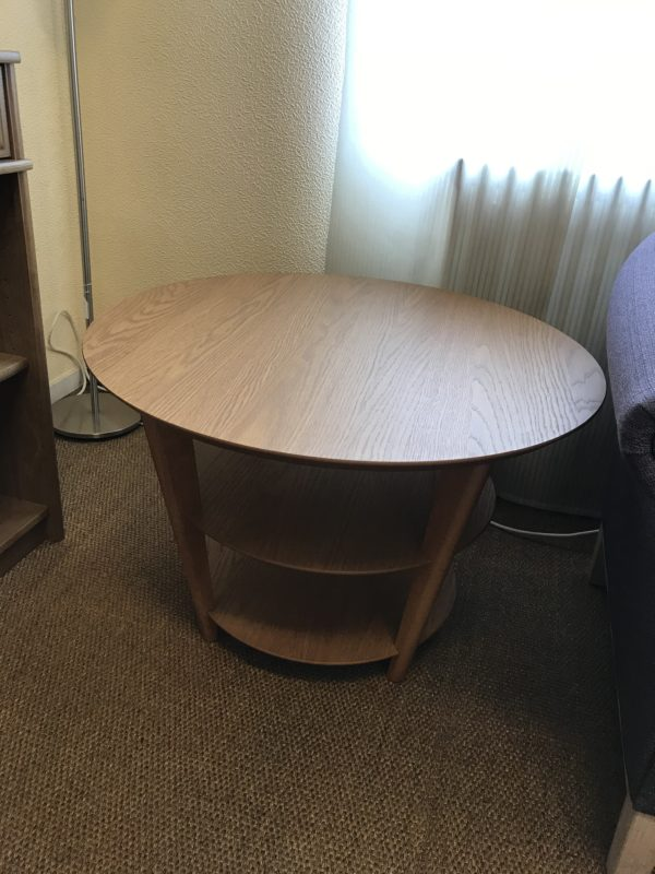 Rea. Just nu säljer vi ut detta runda svensktillverkade soffbord i ek med rabatt.