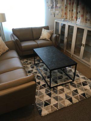 Fint bord i svart granit. Detta soffbord har en underdel i metall och skiva i ljus marmor, brun marmor eller svart granit