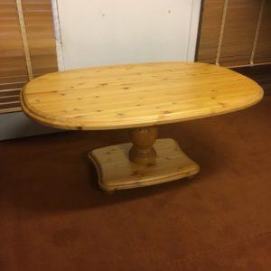 Ett fint furubord. Detta soffbord finns i måttet 126x82x57 cm. Foten till bordet är en pelare.