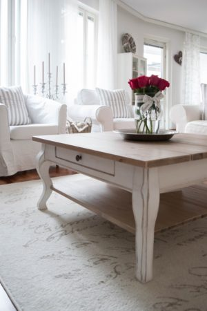 Fint soffbord i furu. Bordet har en låda vilket gör att du får ytterligare förvaring. Skivan är i furu och underredet är i antikvitt.