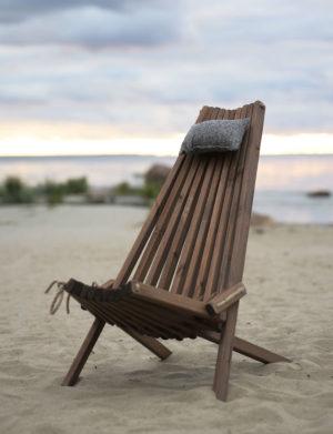 En fin stol i trä att ha på stranden. Köp gärna till huvudkudden.